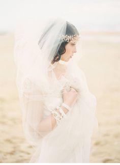 beach bridal shoot, photo: Sarah Hannam, dress: Laure de Sagazan | www.hochzeitsguide.com
