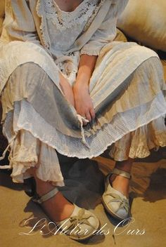 Linen and layers. The shoes! A hot flash would have me jumpin right out of those bloomers tho.  --Atelier des Ours