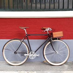Single speed bike with taylor made porteur crate