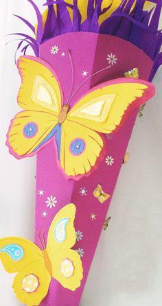 Schultüte Schmetterling für Mädchen! Mit Blumen und Schmetterlingen verziert macht diese Schultüte Mädchen glücklich. Nach meiner Anleitung selbst gebastelt