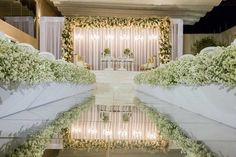 Decoração clássica: passarela de espelhos Foto: Michel Castro Church Aisle Decorations, Wedding Isle Decorations, Wedding Themes, Wedding Dresses, Indoor Ceremony, Indoor Wedding, Wedding Ceremony, Wedding Church, Wedding Bells