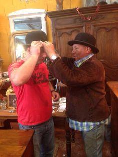 Лион. Примеряем шляпы в антикварном магазине.
