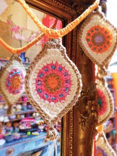 As featured in Issue 63 of Simply Crochet Magazine! The crochet pattern to make your very own christmas bauble bunting. Crochet Flower Bunting, Crochet Bunting Pattern, Crochet Garland, Crochet Flowers, Crochet Patterns, Crochet Home, Crochet Crafts, Crochet Projects, Free Crochet