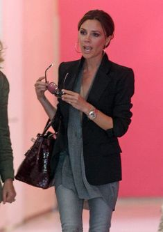 Victoria Beckham Photos Photos: Victoria Beckham at LAX Victoria Beckham Photos - Victoria Beckham wears a matching black outfit at Los Angeles International Airport (LAX). - Victoria Beckham at LAX Victoria Beckham Outfits, Mode Victoria Beckham, Stylish Eve Outfits, Casual Outfits, Moda Petite, Victoria Fashion, Victoria Style, Petite Fashion, Womens Fashion