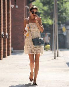 Olivia Palermo con un vestido blanco de crochet
