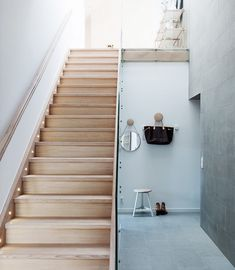 Tour a Modern Apartment With the Perfect Dose of Glamour via Lights on stairs Wood Staircase, Wooden Stairs, Modern Staircase, Style At Home, Hallway Inspiration, Appartement Design, Entry Hallway, Loft, House Stairs