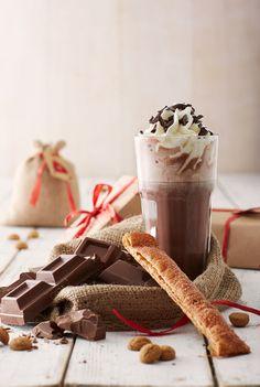 Heerlijke warme chocolademelk met slagroom en een kaneelstengel. 'mmm laat het heerlijke avondje maar komen ;) #chocoladmelk, #slagroom, #sinterklaas
