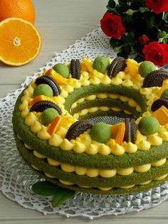 Ciasto w pięknym, wiosennym kolorze, a to wszystko za sprawą szpinaku. Upieczone w formie wieńca i przełożone kremem pomarańczowym, cieszy nie tylko podniebienie, ale ciekawie się prezentuje. CIAST…