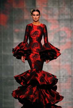 Spain Fashion Week 2015 Vicky Martin Berrocal during the International Flamenco Fashion Show SIMOF in the Andalusian capital of Seville Spain Fashion, Fashion Mode, Fashion Beauty, Fashion Show, Fashion Design, Flamenco Dancers, Flamenco Dresses, Spanish Dress, Mode Style