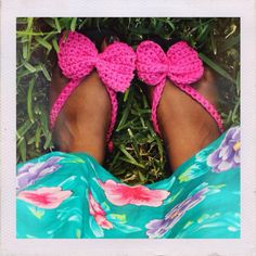 Free crochet pattern! How to crochet bow flip flops on the Dream Crochet Blog!