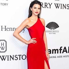 Kendall Jenner usa vestido de um ombro só vermelho, e uma maquiagem suave combinando