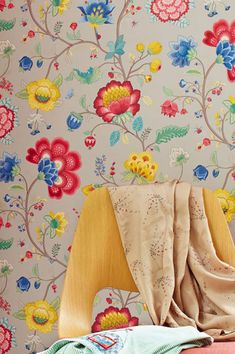 The basic colour of platinum grey is complemented with a floral variety that will make hearts beat faster! Flower Wallpaper, Wallpaper S, Pattern Wallpaper, Beautiful Flowers Wallpapers, Remover, What Inspires You, Wall Decor, Joy, Embroidery