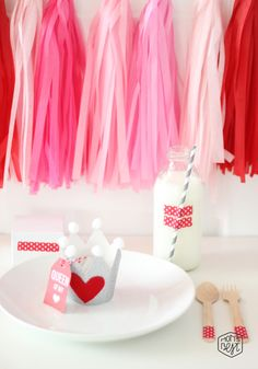 You're the queen (or king) of my heart! Create these easy DIY crowns for your little ones on Valentines Day. Don't have a little queen? Valentines Day Party, Vintage Valentines, Valentine Crafts, Valentine Ideas, Valentine Love Messages, Be My Valentine, Diy Valentine's Party, Party Ideas, Crown Template