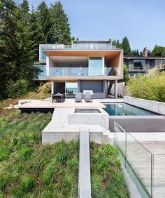 modernes haus steilhang pool beton terrasse glas geländer