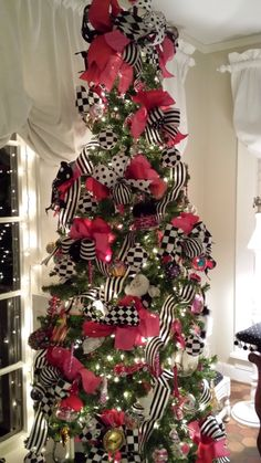 Give your Christmas home the elegant touch. Here are Elegant Christmas Home Decor ideas. These Christmas decors are simple, DIY Decors which you can do. Elegant Christmas Decor, Black Christmas Trees, Ribbon On Christmas Tree, Christmas Aesthetic, Beautiful Christmas Trees, Christmas Tree Themes, Noel Christmas, Pink Christmas, Christmas Lights