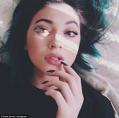 Kylie Jenner inflatable lips of celebrity talk in recent days. Look 25 hot Kylie Jenner lipstick photos, ticks and makeup in London, UK. Kylie Jenner Lipstick, Moda Kylie Jenner, Estilo Kylie Jenner, Kylie Jenner Style, Kendall And Kylie Jenner, Jenner Makeup, Kourtney Kardashian, Kardashian Jenner, Kylie Jenner Instagram