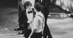 We all know this was a kiss. There's no denying it and if someone does deny it then they are deluded. Larry Gif, Mutual Respect, Louis And Harry, Sun And Stars, Larry Stylinson, Ghosts, Harry Styles, Kiss, Gay