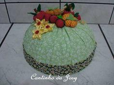 Cobre bolo, com frutinhas em fuxico