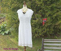 Strikket kjole med heklekanter.