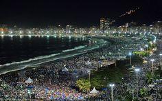 27/7 - Multidão lota a praia de Copacabana a noite