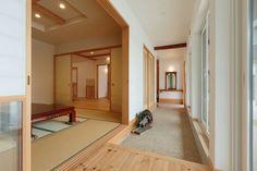 【アイジースタイルハウス】玄関。二世帯。土間のおかげで突然の来客でもスムーズに客間へ招くことができる