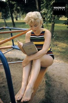 Marilyn Monroe reads Ulysses by James Joyce. Photo by Eve Arnold. Haha, the dumb blonde reads a difficult book. I've said it before, but believing Marilyn Monroe really was that dumb blonde stereotype she portrayed in. James Joyce, Richard Avedon, Michelle Williams, Classic Hollywood, Old Hollywood, Us Actress, Bert Stern, Marylin Monroe, Norma Jeane