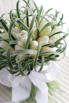 Yellow tuple bouquet - tie the tulip bouquet yourself.Yellow tuple bouquet - tie the tulip bouquet yourself. White Tulip Bouquet, White Tulips, Purple Tulips, Deco Floral, Arte Floral, Bridal Flowers, Flower Bouquet Wedding, Bouquet Flowers, Bride Bouquets