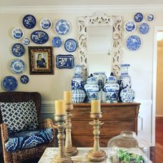 Blue And White Style, Central Hall, Plates On Wall, Chinoiserie, Vignettes, French Country, Living Room Designs, Basement, Decorative Plates