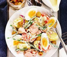 Superfräsch och snabblagad tonfisksallad med matiga ingredienser som potatis, ägg, haricot verts, tomater, lök och oliver med pimiento. I salladen finns dessutom goda smaksättare som dijonsenap, vitvinsvinäger och gräddfil, vilket blir till en ren fest för smaklökarna! Mums! Swedish Recipes, New Recipes, Vegetarian Recipes, Snack Recipes, Healthy Recipes, Snacks, Healthy Food, Mindful Eating, Healthy Options