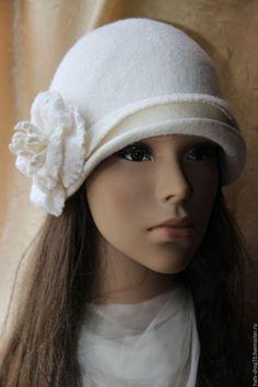 Валяная шляпка Белоснежный цветок – купить или заказать в интернет-магазине  на Ярмарке Мастеров  a6c577e03a976