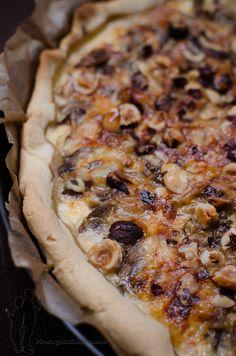 Aujourd'hui, je vous propose de préparer : une tarte aux champignons, au comté et aux noisettes, ultra gourmande.   Alors, à vos rouleaux ...