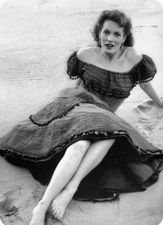 This 1955 photograph features Maureen O'Hara in Portugal during the filming of Lisbon. Lisbon is a 1956 American crime film produced and directed by Ray Milland and starring Milland, Maureen O'Hara, Claude Rains, Edward Chapman, and Jay Novello. Old Hollywood Glamour, Golden Age Of Hollywood, Classic Hollywood, Hollywood Divas, Hollywood Beach, Hollywood Style, Vintage Hollywood, Hollywood Actresses, Actors & Actresses