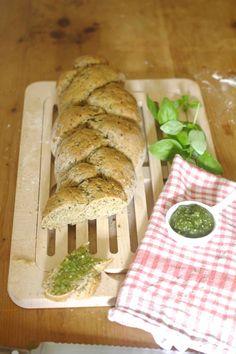 Dinkel-Vollkornbrot mit Kräuter-Mandel-Pesto Homemade Bread