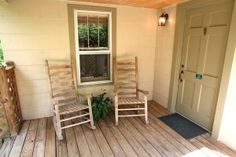 Storybook Romance - Cozy Chalet located in the heart of Gatlinburg yet feels like you are miles away in a country setting. This one bedroom, one bath home sleeps 4 and is perfect for a small families or couples alike. Enjoy the sounds of nature while soaking in the Hot tub or take a stroll across the courtyard and enjoy the nearby creek. #petfriendly #cabin
