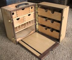 Portable Fly Tying Bench Plans PDF Woodworking – Famous Last Words Fly Tying Desk, Fly Tying Vises, Fly Tying Tools, Portable Workbench, Garage Workbench, Portable Desk, Garage Plans, Materiel Camping, Chuck Box