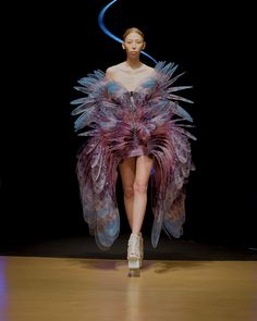 Discover recipes, home ideas, style inspiration and other ideas to try. Foto Fashion, Fashion Art, Runway Fashion, High Fashion, Fashion Show, Fashion Design, Fashion Details, Fashion Fabric, Iris Van Herpen