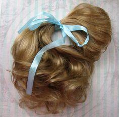 Хочу вам рассказать,как я делаю волосы для кукол — трессы. Нам понадобится: 1. Волосы — у меня искусственные,покупаю в магазине для создания париков, очень приблеженные к натуральным. 2. Невидимая нить. 3. Водорастворимая пленка. 4. Швейная машина. 5. Ножницы. 6. Пиала с теплой водой. Итак, поехали! У меня волосы длинной 70 см, строчку буду прокладывать посередине, значит от края 35 см.…