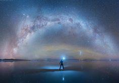 Российский фотограф Даниэль Кардан путешествует по всему миру, фотографируя пейзажи, от которых у зрителей перехватывает дыхание. На этот раз он снял высохшее соляное озеро Солар де Уюни в Боливии — самый большой солончак в мире.