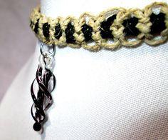 Esta gargantilla de macramé ofrece un colgante de espiral de vidrio negro y claro y un corchete de la garra de langosta plata. El colgante es delicado y le da el collar de un encanto seductor. Esta pieza sería emparejar con cualquier equipo y le dará un aspecto exquisito.  Gracias por mirar este artículo. Para ver más pura Lisa Jewelry haga clic en el siguiente enlace para ir a la página de inicio. https://www.etsy.com/shop/PureLisaJewelry?Ref=hdr_shop_menu