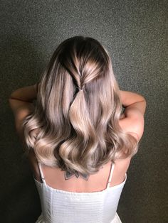 Champange balayge foilyage #champagneblondehair #foilyage #balayage #bobhaircut #halflang #colorhair @haarvisie Champagne Blonde Hair, Cut And Color, Hair Color, Long Hair Styles, Beauty, Haircolor, Long Hairstyle, Long Haircuts, Hair Dye