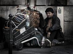 Sociologicamente falando, o indivíduo marginal é aquele delinquente que rouba, mata, sequestra e estupra. Ele vive à margem das normas éticas e morais.  http://obviousmag.org/dedo_de_prosa/2015/09/ser-marginal.html