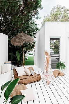 Lana Taylor's modern Mediterranean-style home – Night Parrot Lana Taylor's modern Mediterranean-style home painted white porch + tropical plants Patio Design, Exterior Design, Exterior Paint, House Design, Exterior Homes, White Porch, White Deck, White Wood, Mediterranean Style Homes