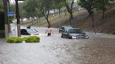Chuva causa enchentes e deixa carros ilhados na capital paulista
