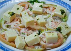 Ensalada suiza:  queso Gruyer, tomate, lechuga, yogur, aceite de oliva, cucharadita de coñac, cucharadita de vinagre, Sal y Pimienta.  Con las verduras limpias, Los colocamos en un recipiente amplio y salpimentamos, para después agregar el queso en cubos.  Por otro lado, mezclaremos el yogur con el coñac, aceite de oliva y el vinagre en la batidora. Salpimentamos y por ultimo vertemos la vinagreta resultante en la ensalada y podemos servir.