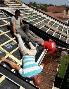 25 Photos Of Home Improvement About To Go Terribly, Terribly Wrong Wuhan, Construction Humor, Safety Fail, Roof Detail, How To Be Likeable, Have A Laugh, Health And Safety, Home Improvement Projects, Funny Fails