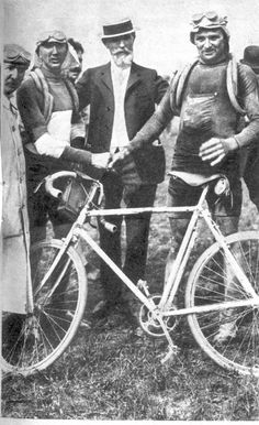 End of the 1909 Tour de France:Jean Alavoine y Francois Faber Vintage Cycles, Vintage Bikes, Tandem, Old Photos, Vintage Photos, Tricycle, Fixed Gear Bike, Bicycle Race, Historical Images