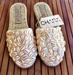 Seashells on shoes? Crochet Sandals, Crochet Shoes, Crochet Slippers, Diy Fabric Jewellery, African Accessories, Cute Slippers, Boho Sandals, Shoe Pattern, Seashell Crafts
