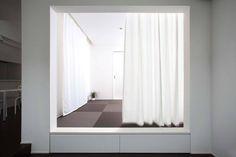 #打造簡約風格居家 來電諮詢:02-2633-9586(博森設計BOSON DESIGN ) 這是位於日本滋賀縣的家,以「洞穴」為概念,設計師打造錯落重疊的幾何空間,視覺隨著光線在這房子裡迴繞曲折,呈現隱約靜謐的居家氛圍。 pic via ALTS DESIGN OFFICE