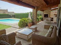 A vendre proche de Gordes, villa de hameau en pierre avec tennis, piscine et terrain constructible