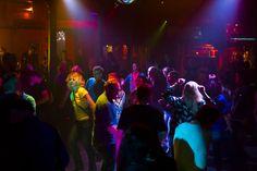 """http://polyprisma.de/wp-content/uploads/2015/06/20150614-4636-1024x683.jpg Zollhaus Nacht im Zollhaus Leer: Entspannte Party mit Flair http://polyprisma.de/2015/zollhaus-nacht-im-zollhaus-leer-entspannte-party-mit-flair/ [vc_row][vc_column][vc_column_text]Gestern war es wieder soweit: Das Zollhaus in Leer veranstalte wieder seine Zollhaus Nacht unter dem Motto """"Das Feinste von Rock bis Pop er 70er bis heute"""". Auf der Terrasse parallel dazu Outside-House-zeit. T"""